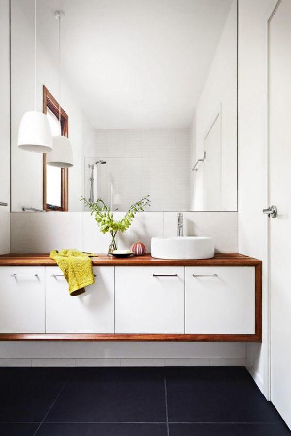 baño con cubierta en madera laminada