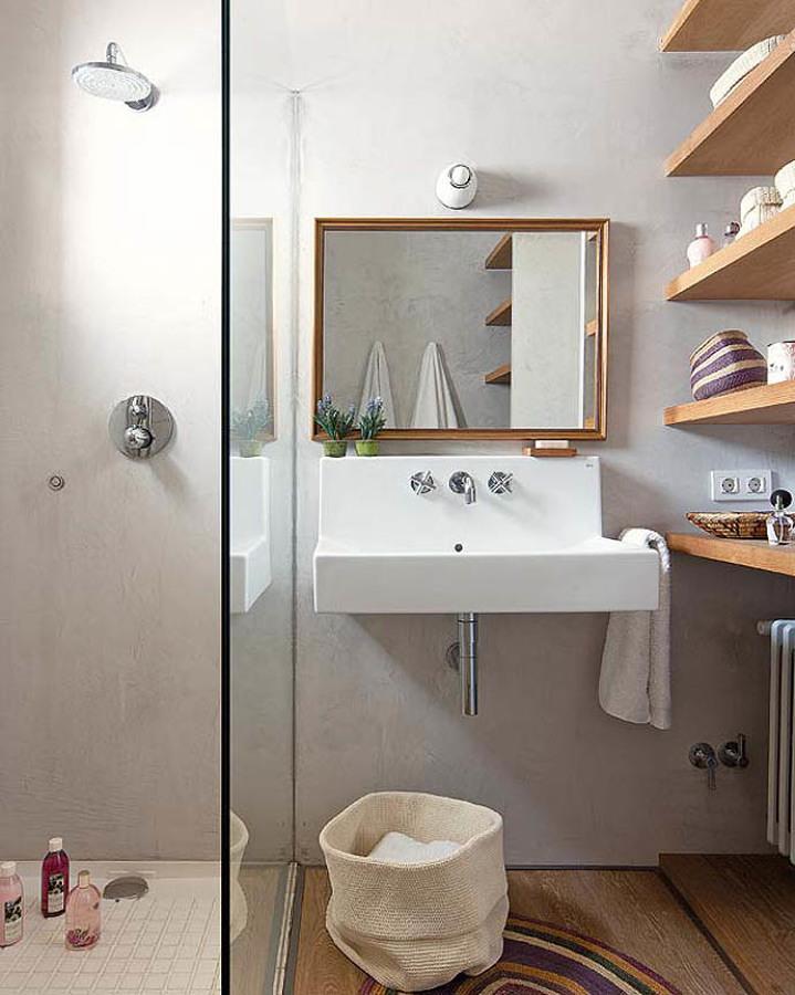 Baño con estantes