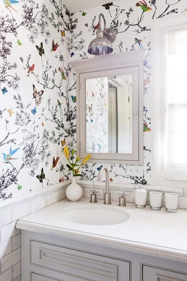 Baño con papel mural