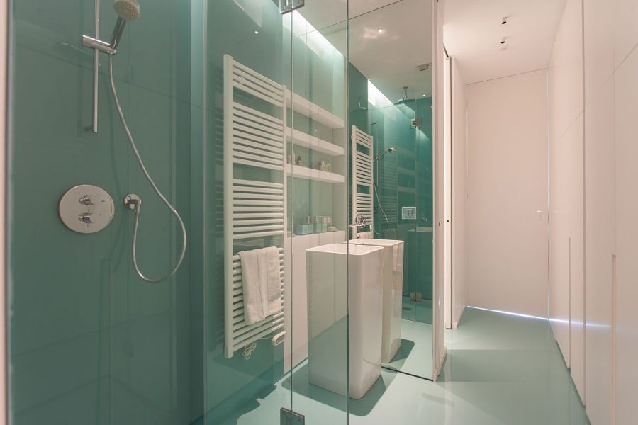 Baño con piso de resina
