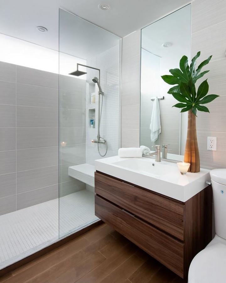 Baño remodelado con piso de madera oscura