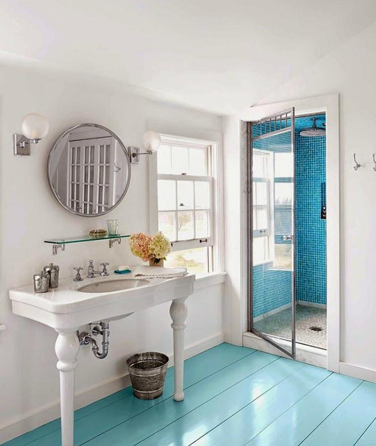 Baño con pisos de madera azul