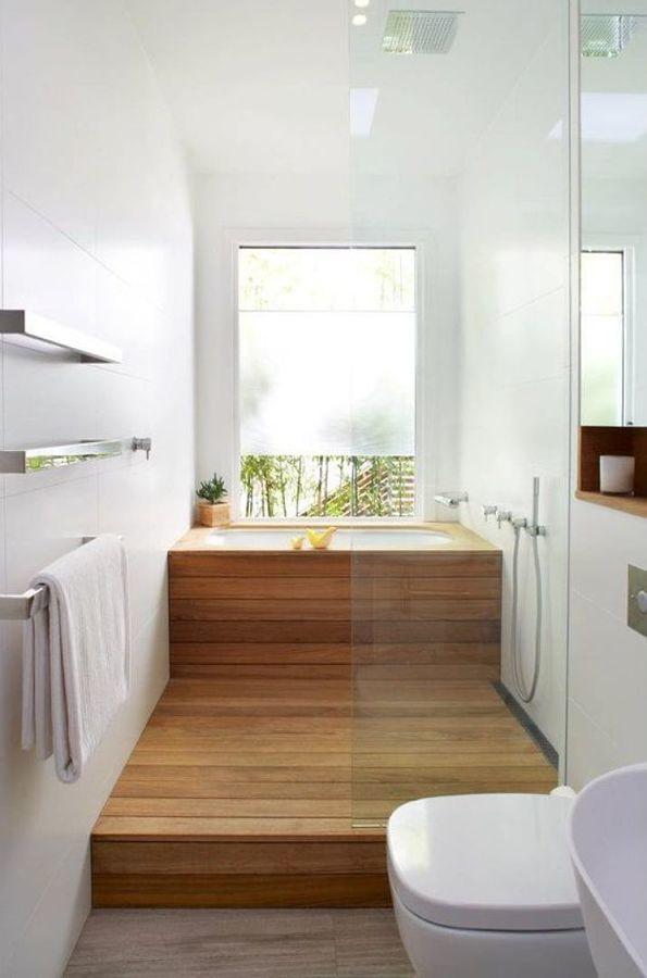 baño de planta estrecha con ducha y bañera al fondo