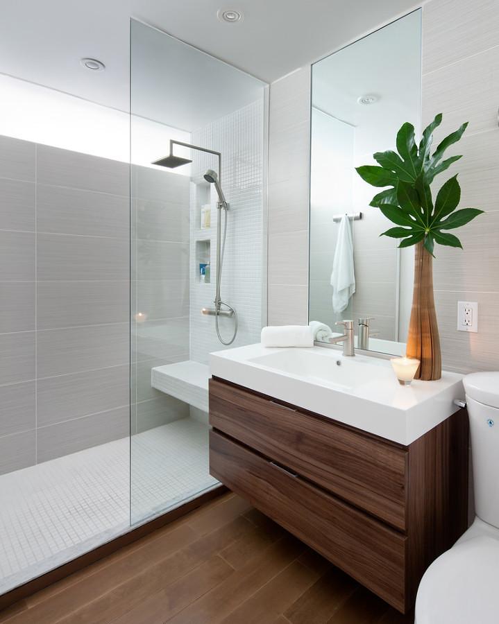Baño estiloso con ducha y mampara fija