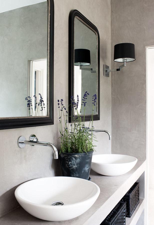 Baño con lavamanos microcemento