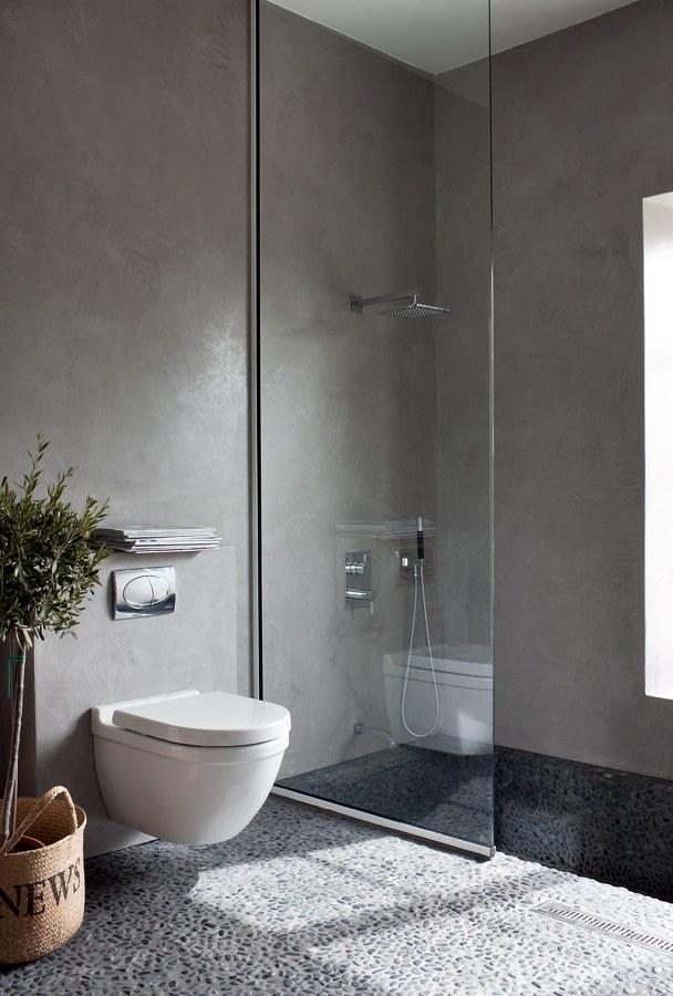 baño con piso de piedra
