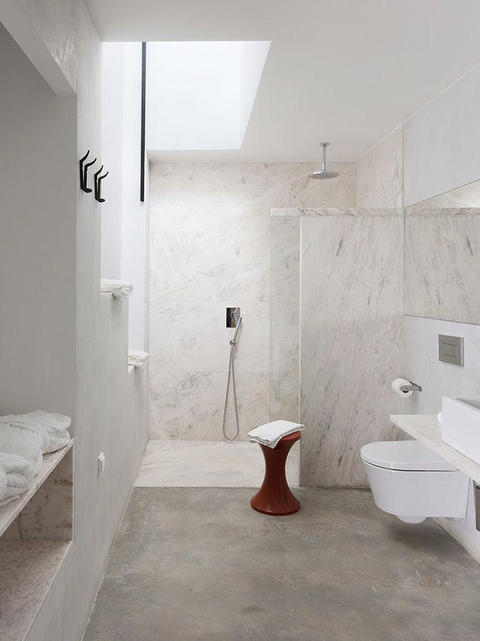 Baño con piso y paredes microcemento