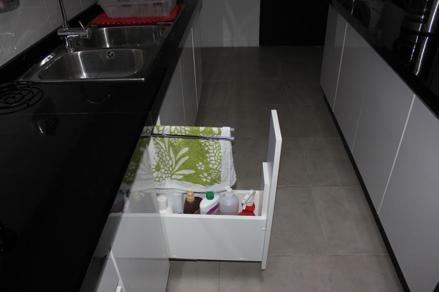Cajón lateral para artículos de limpieza