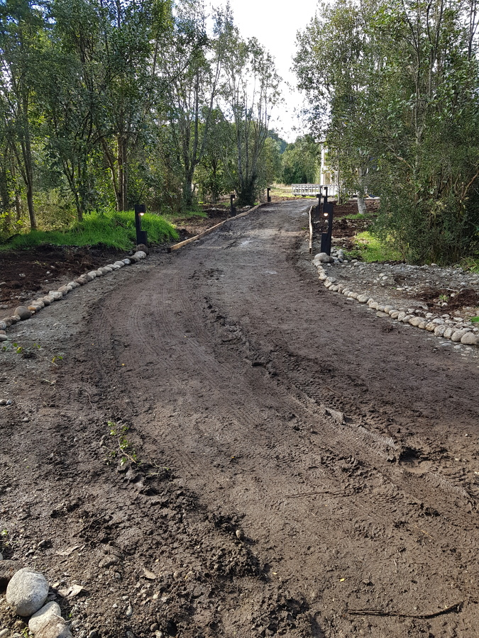 Camino de acceso con faroles