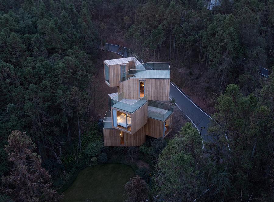 Casa del árbol en la montaña