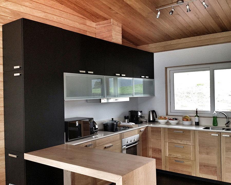 foto casa en el lago rupanco vista interior cocina de