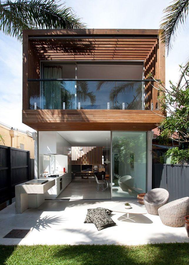 Foto casa unifamiliar de madera hierro y cristal con for Casa de jardin de madera