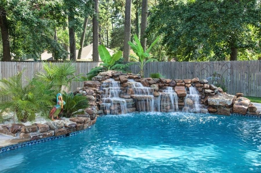 Foto cascada natural en la piscina 161971 habitissimo for Disenos de cascadas para piscinas