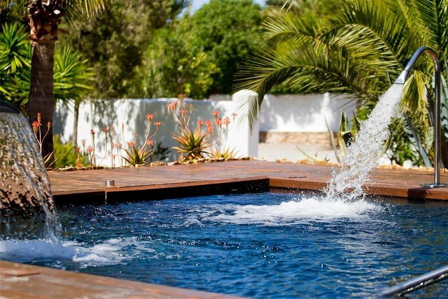 Decora tu piscina con 7 lindas cascadas ideas for Ideas de piscinas con cascadas