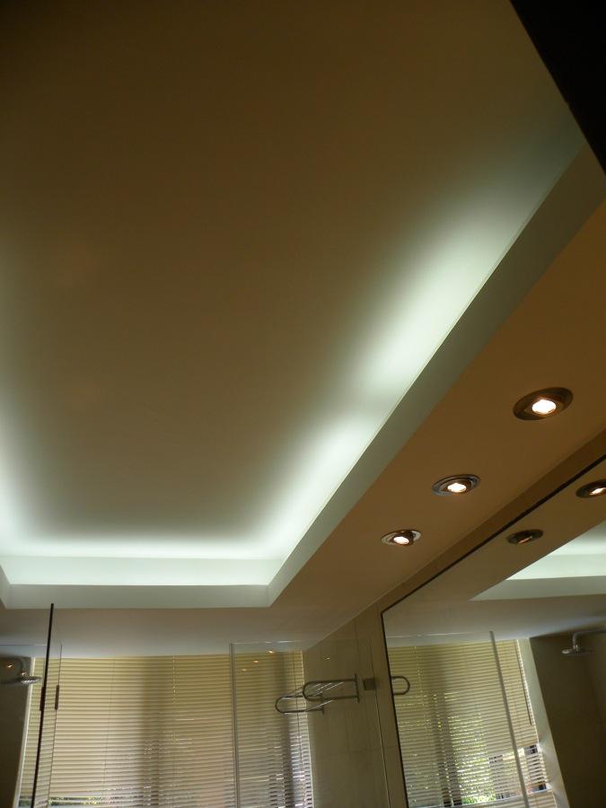 Foto cielo cenefa en ba o iluminado de miarquitectura spa - Cenefa para banos ...