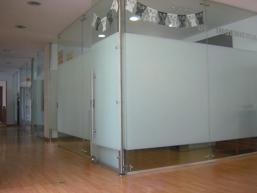 foto cierre de oficina cristal de altmain aluminios