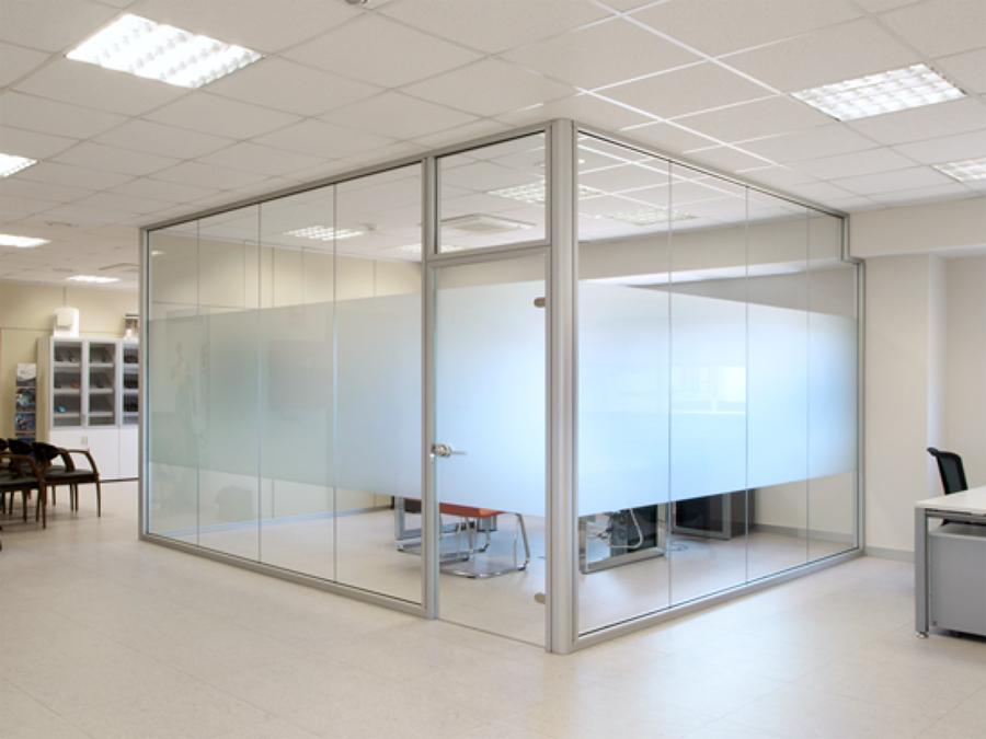 Foto cierre de oficina puerta protex de altmain aluminios for Puertas para oficina