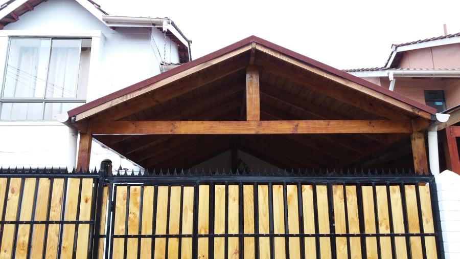 Foto cobertizo de madera y teja asf ltica con port n de for Cobertizos de madera prefabricados