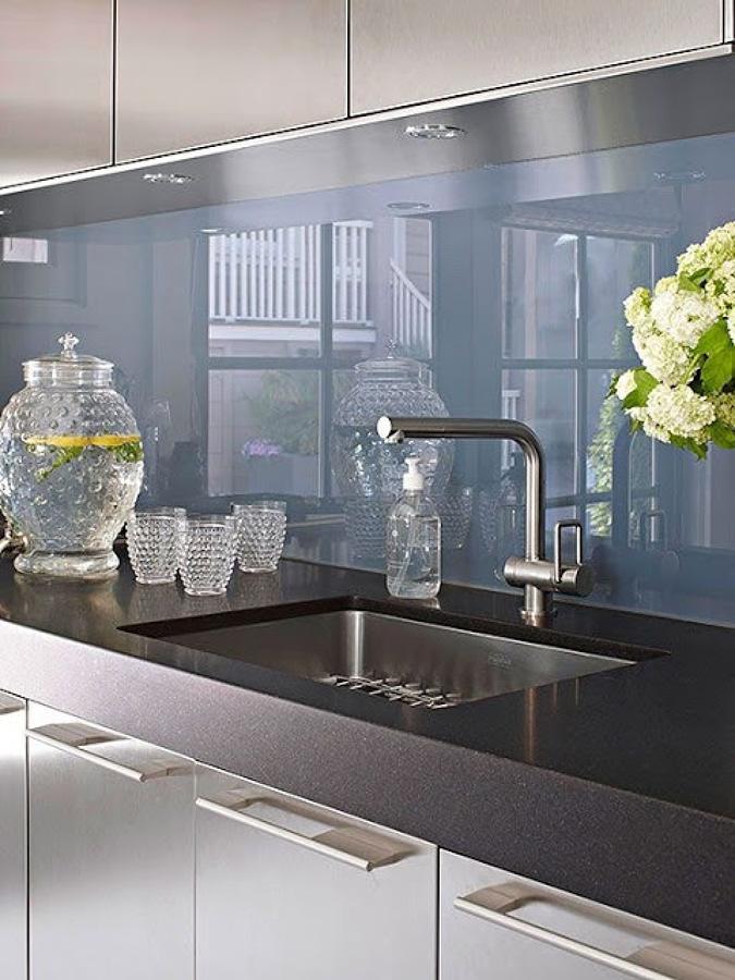 Cocina con superficie reflectante