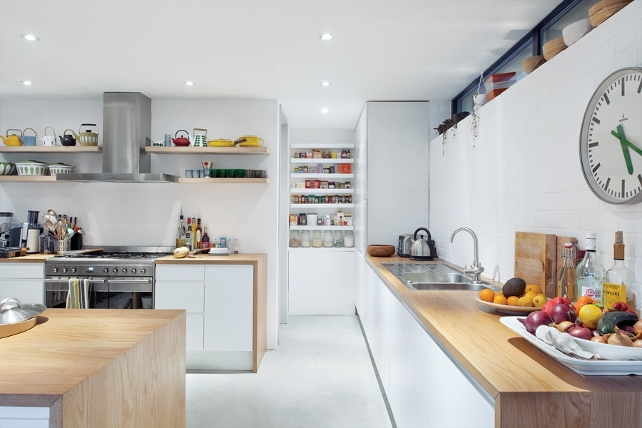 Cocina amplia y blanca con baldas