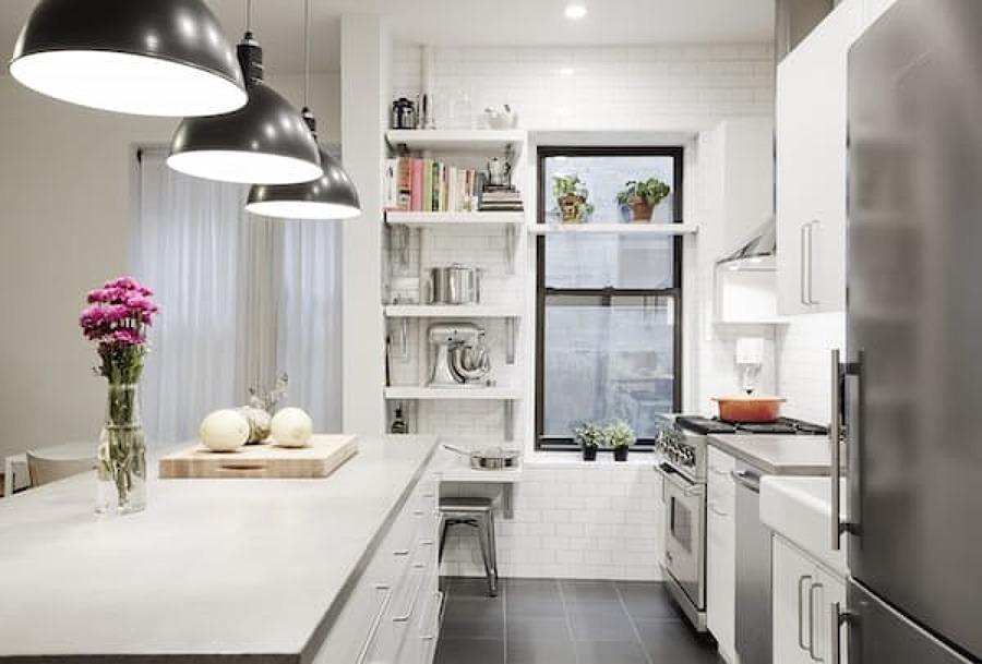 Cocina blanca con electrodomésticos de acero