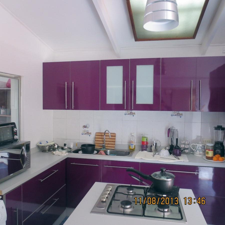 Foto cocina color berenjena de mobiliario funcional for Cocinas color berenjena