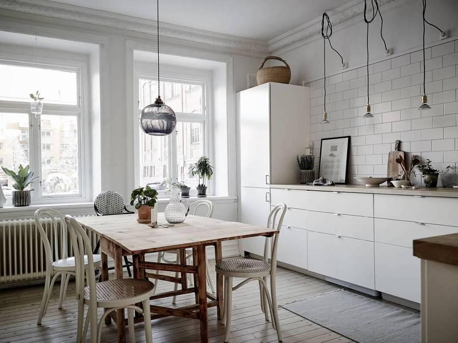 Cocina con gran mesa en madera