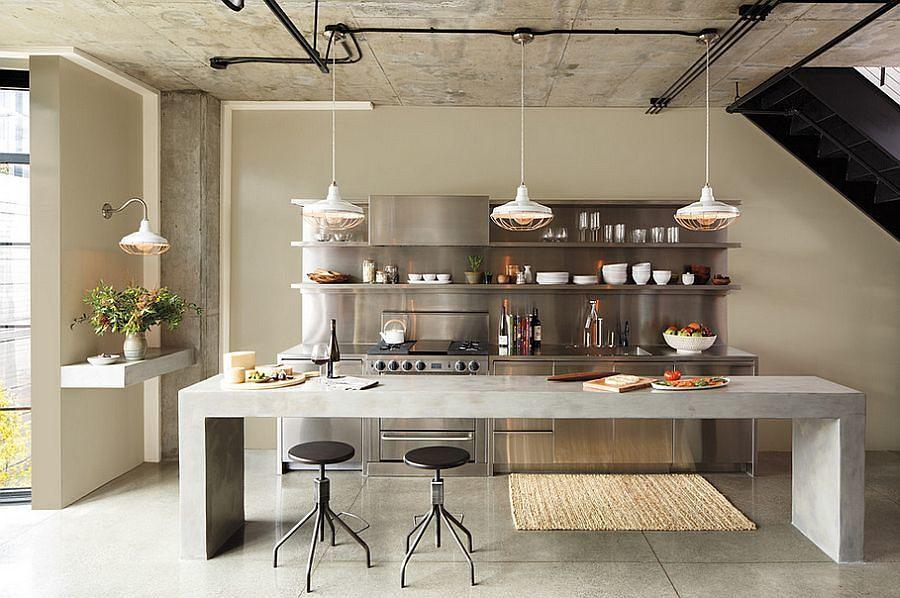 Cocina con gran mesa de trabajo