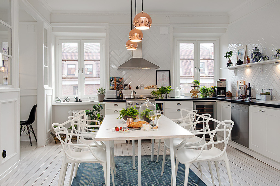 Cocina con gran mesa en el centro
