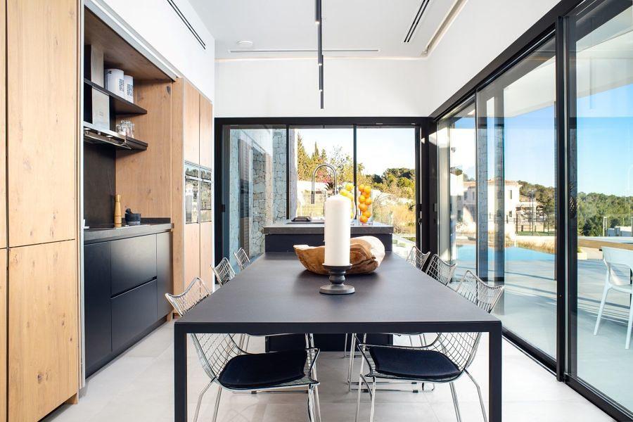Cocina con grandes ventanales