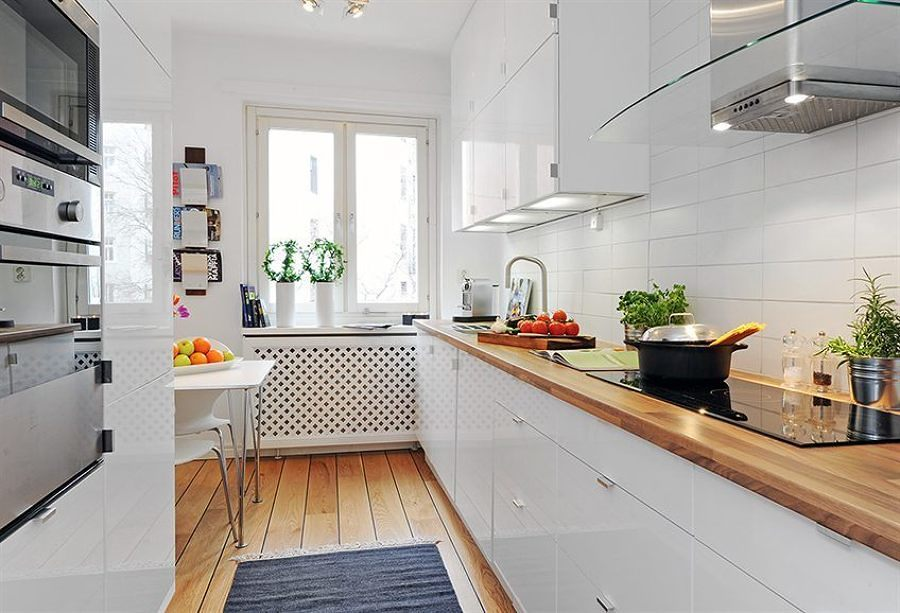 Cocina con madera en encimera y piso