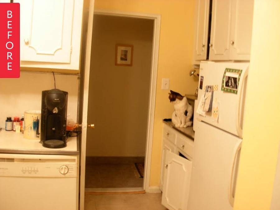 Cocina con mobiliario viejo y paredes amarillas