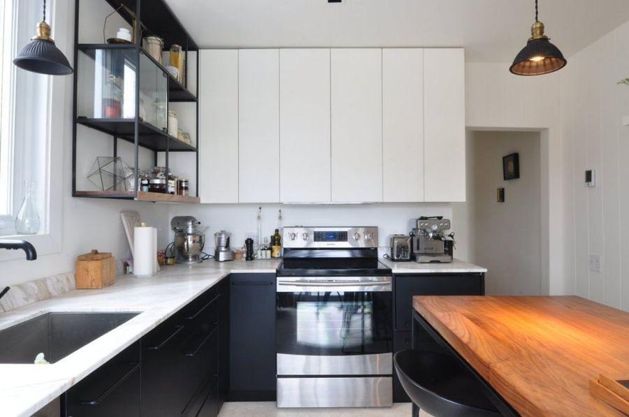cocina en blanco y negro tras remodelación