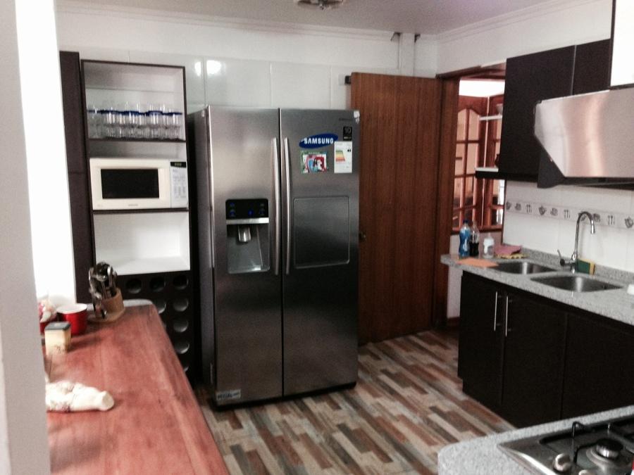 Foto cocina con muebles combinados rusticco y moderno de for Cocinas colores combinados