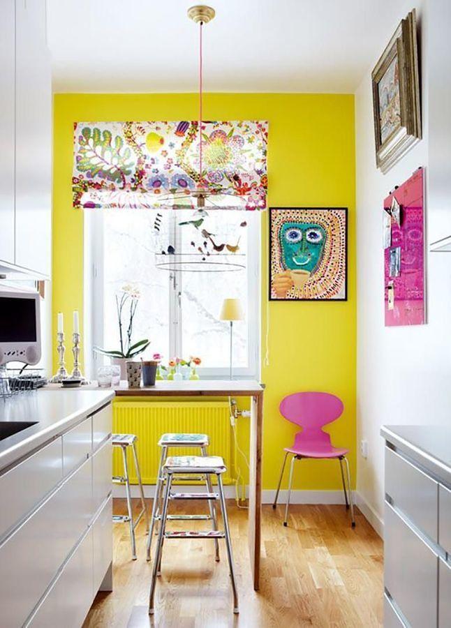 Cocina con pared amarilla