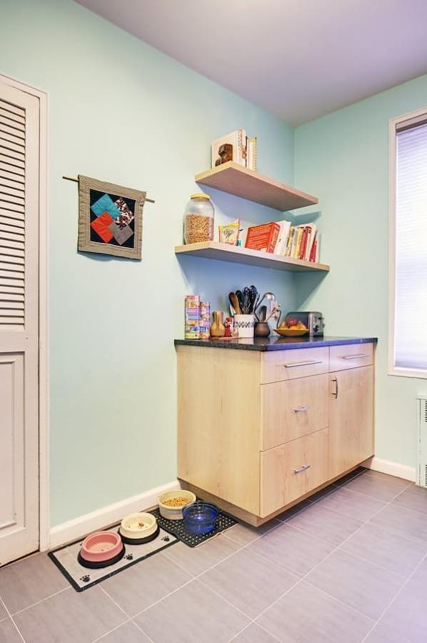 Cocina con muro azul