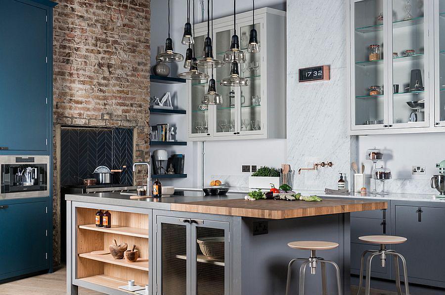 Cocina de estilo industrial con techos muy altos