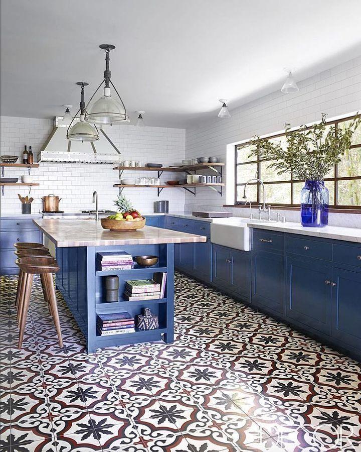 Cocina en color azul y baldosas geométricas