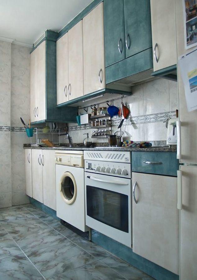 Foto cocina en tonos beige y verde 184669 habitissimo - Cambiar suelo cocina sin quitar muebles ...