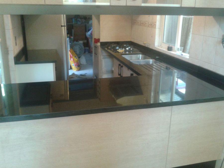 Foto cocina granito negro absoluto de novamarmol 121439 for Trabajos en granito para cocina