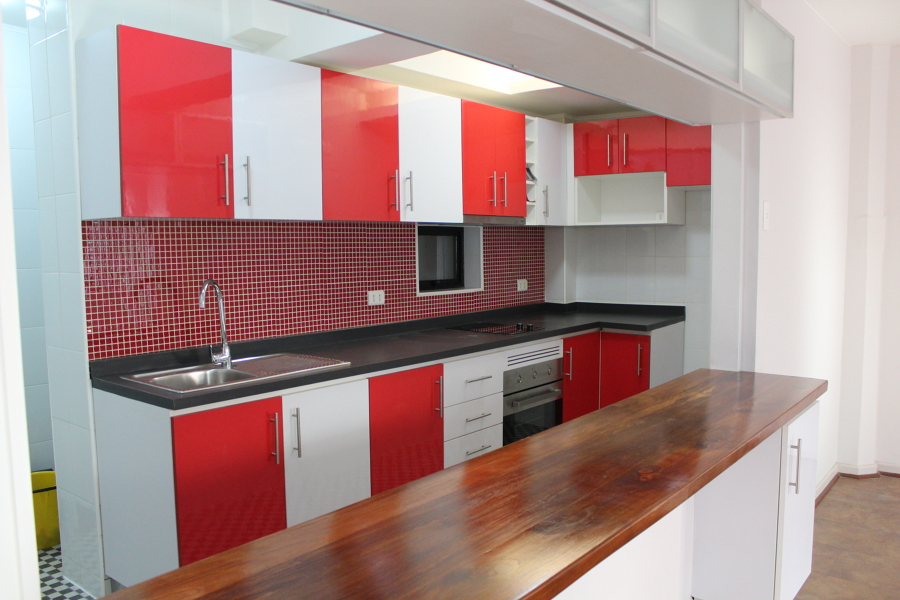 Foto cocina meson de roble vitrificado de constructora for Meson cocina americana