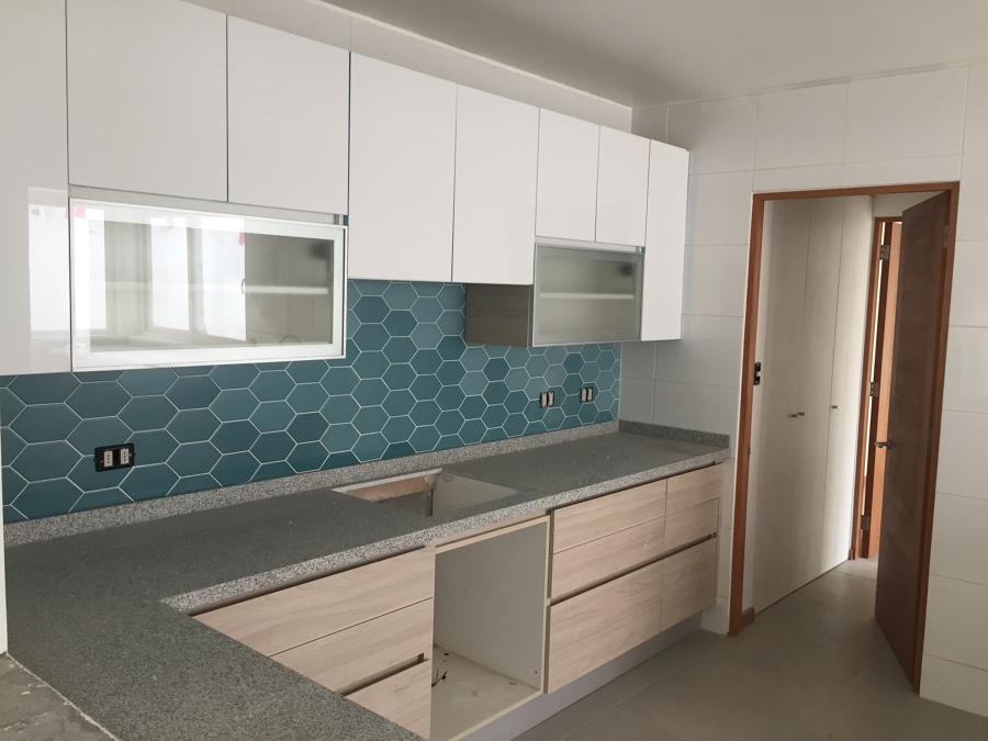 cocina moderna de dos tonos de mobiliario