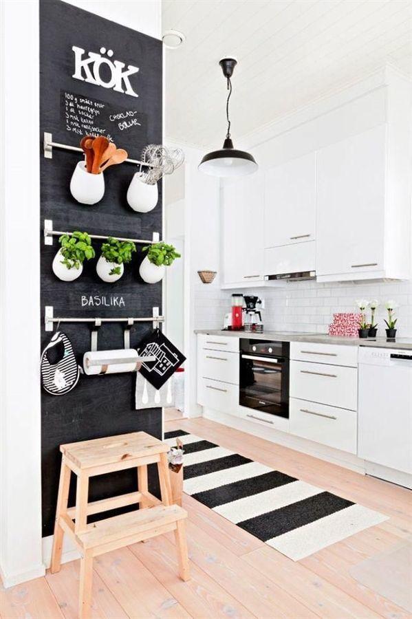 Cocina con muro de pizarra