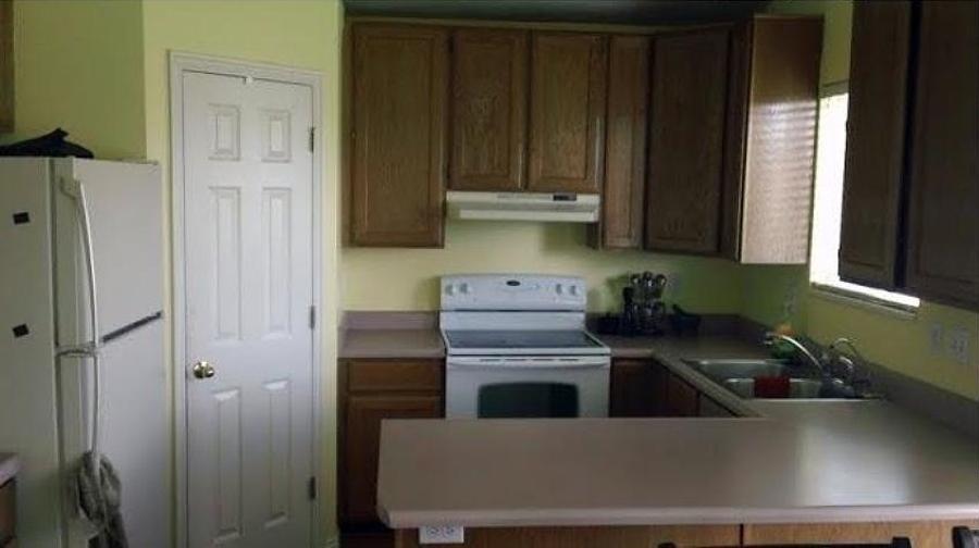Cocina sin remodelar con muebles de madera