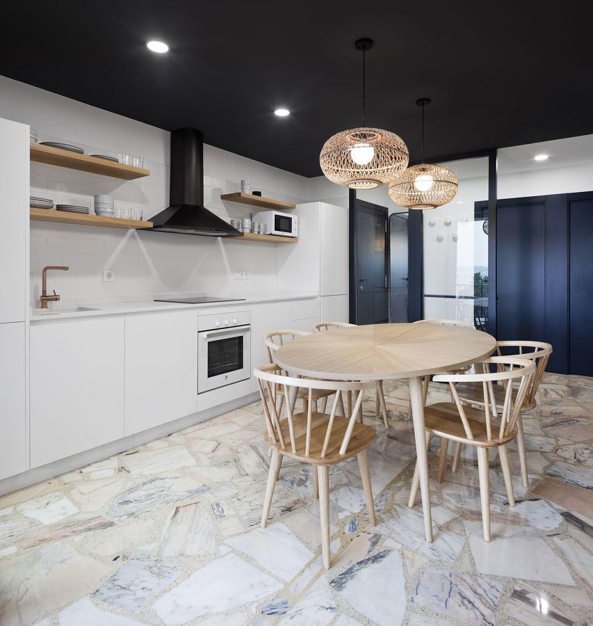 Cocina urbana con techo de color negro y puertas negras