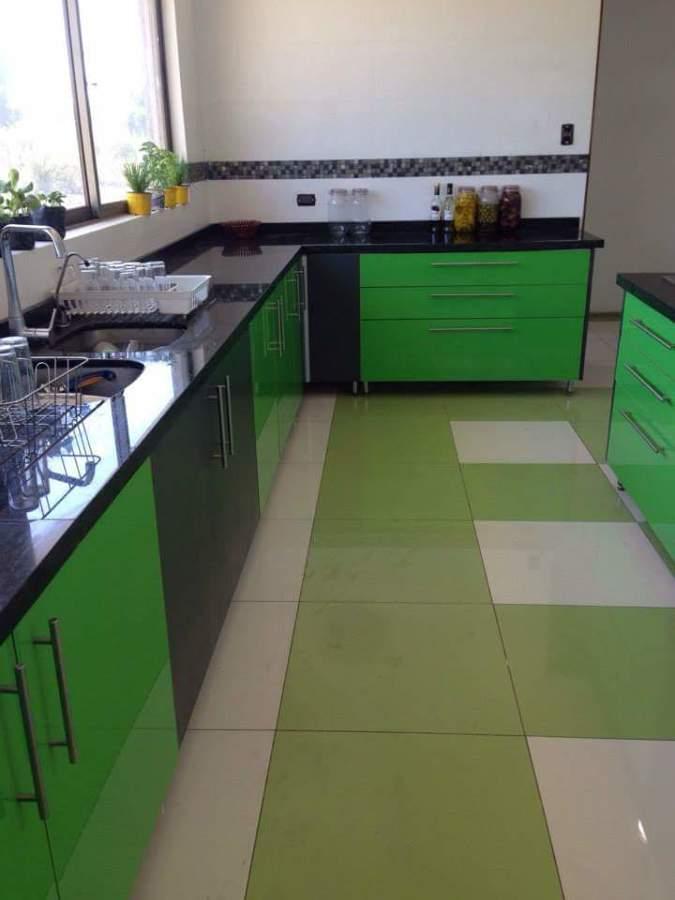 Foto: Cocina Verde High Glossy y Gris Grafito Cubierta Granito Verde ...