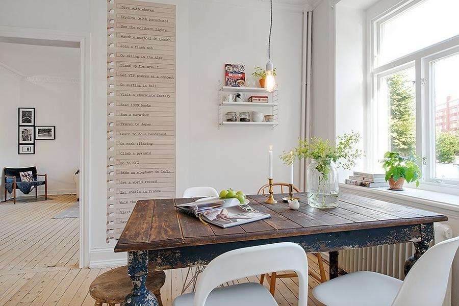Comedor de estilo escandinavo con gran mesa de madera