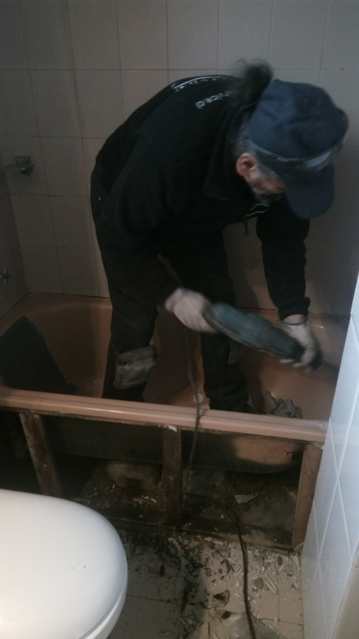.comenzando a picar muro pata poder desinstalar tina.