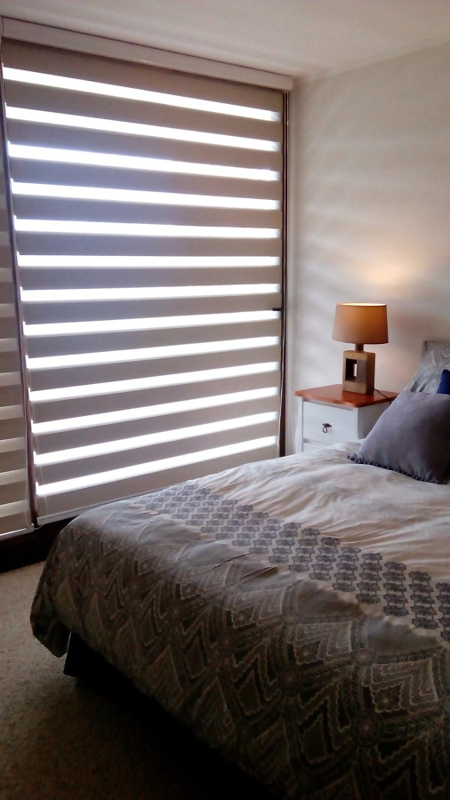 Foto cortinas roller d o dormitorio principal de mabel - Cortinas para dormitorio principal ...