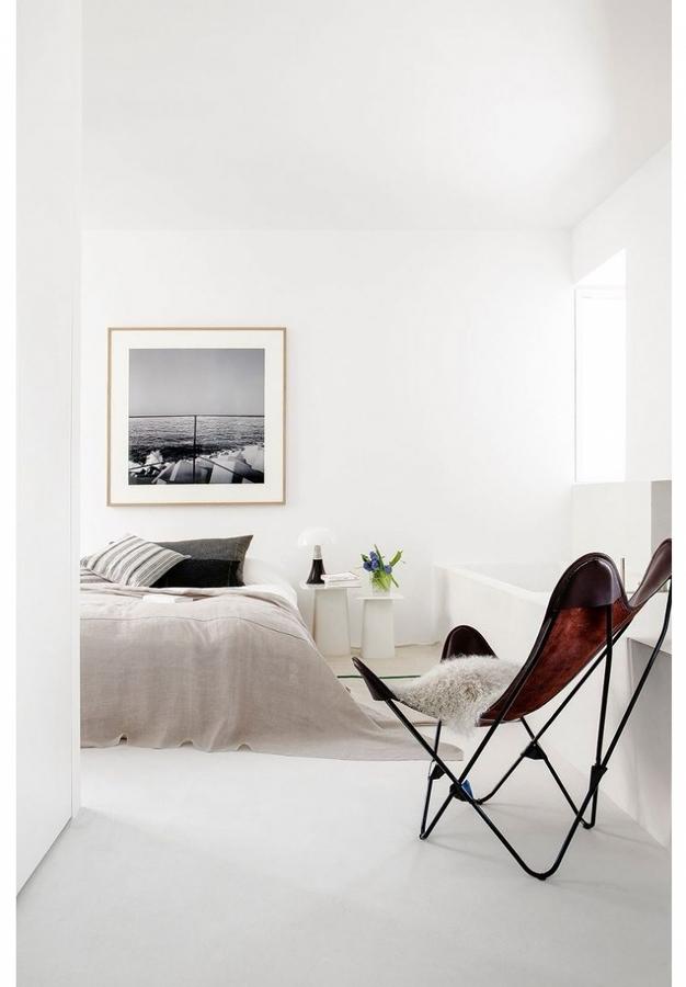 Dormitorio decorado en blanco y negro